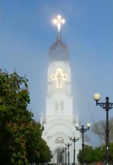 Сияние вокруг креста храма Петра и Февроньи