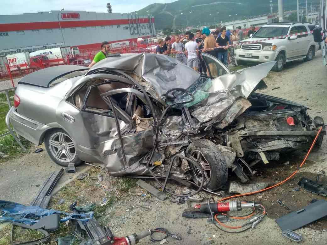 ВНовороссийске страшная авария: машины всмятку, 16-летний водитель погиб наместе