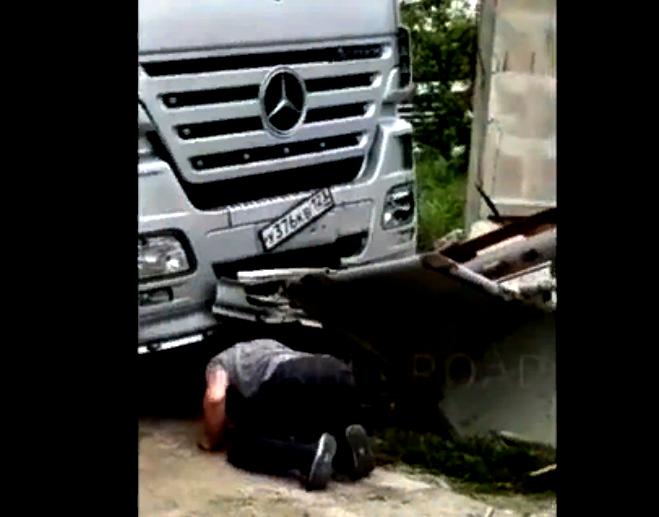 Вчера под Новороссийском грузовой автомобиль наехал на водителя.