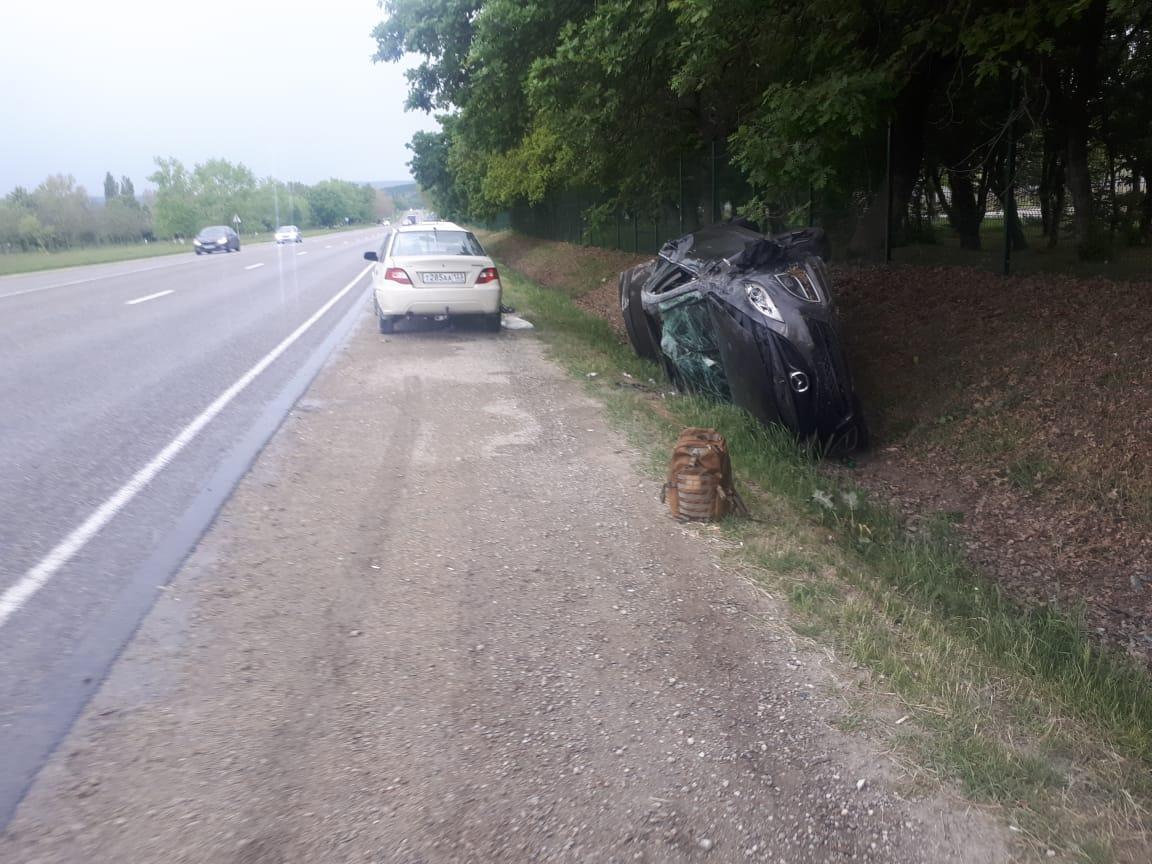 На трассе под Новороссийском перевернулась машина