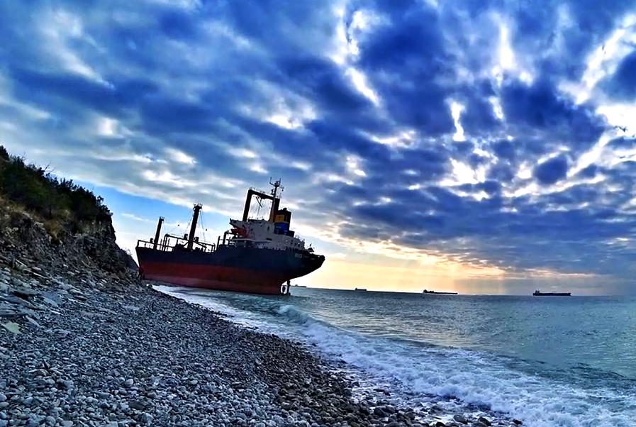 Балкер «Рио», выброшенный на берег под Новороссийском, продают