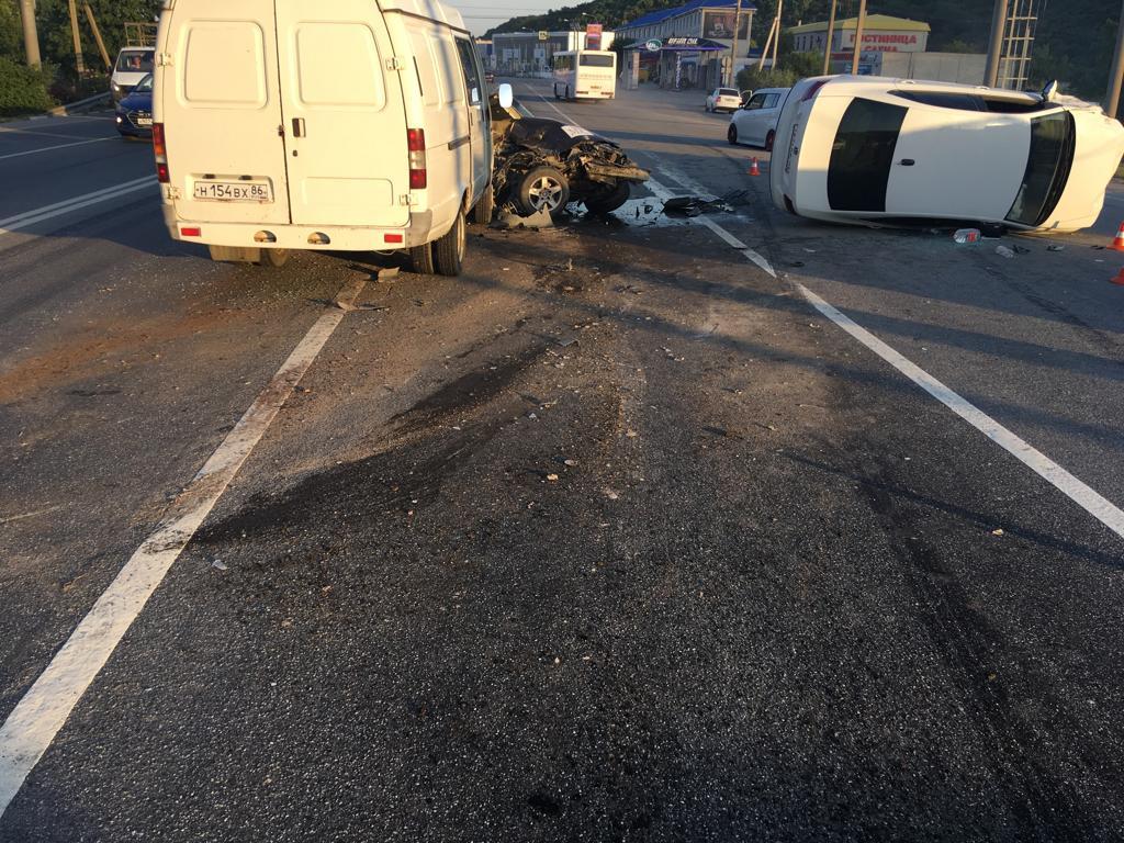 Под Новороссийском столкнулись три машины, четверо пострадавших