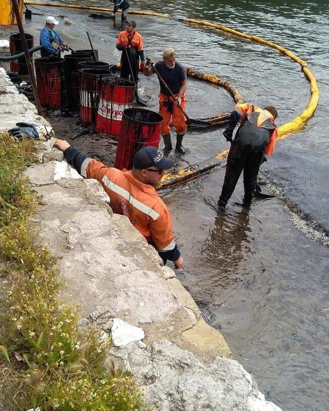 В новороссийском порту в море попали нефтепродукты