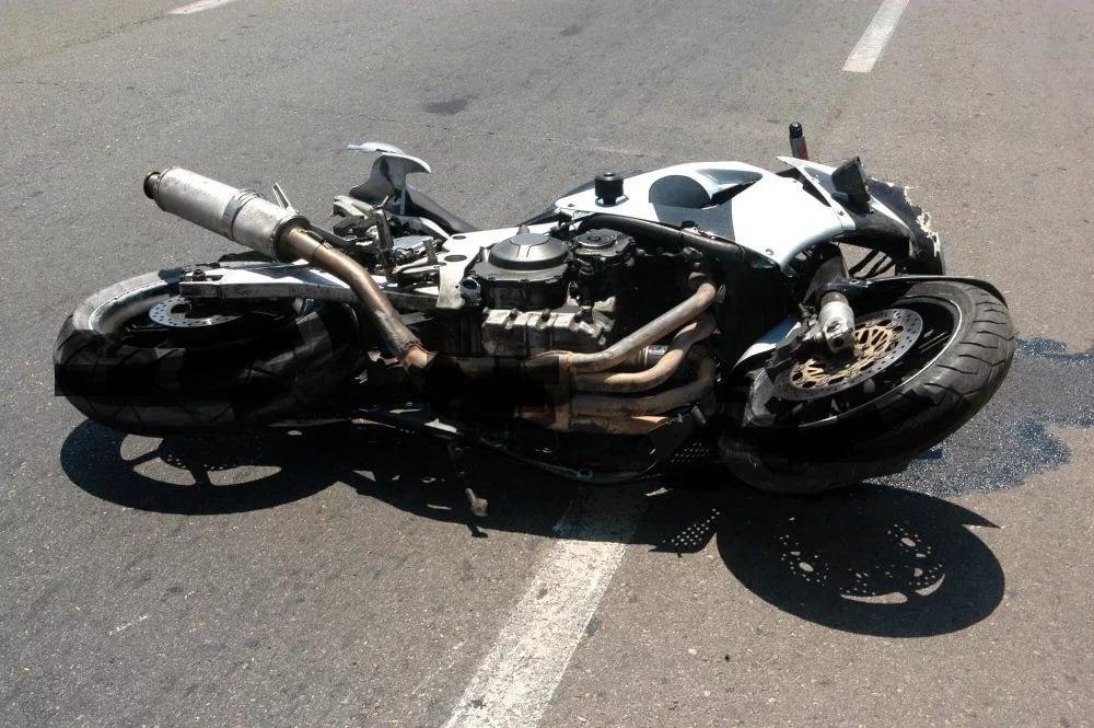 В Восточном районе Новороссийска на трассе перевернулся мотоциклист