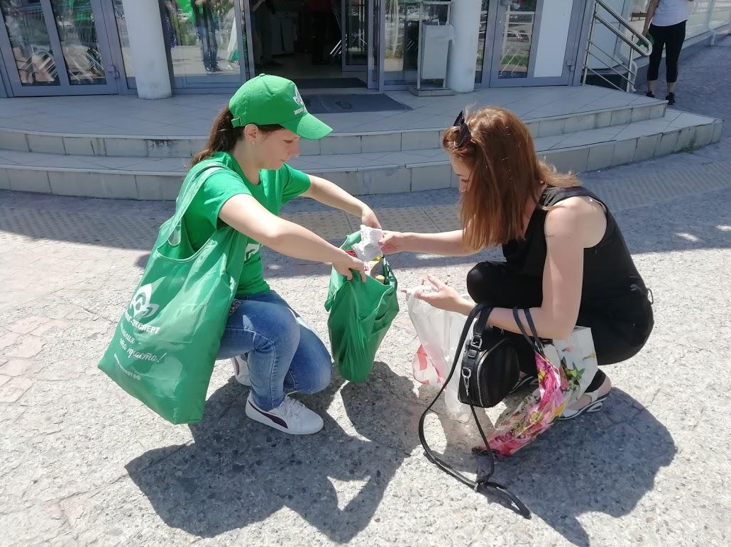 Экологи в Новороссийске отметили профессиональный праздник, раздавая зеленые сумки