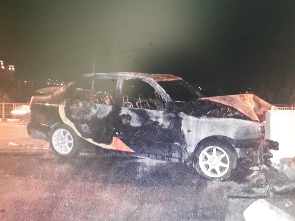 В Новороссийске машина врезалась в ограждение и вспыхнула, как спичка