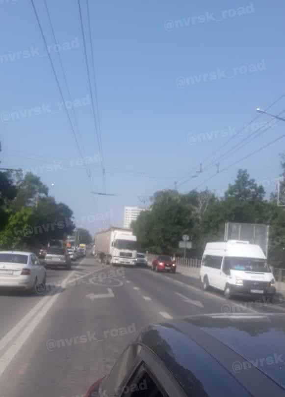 ВНовороссийске большегрузы рвут провода троллейбусных линий
