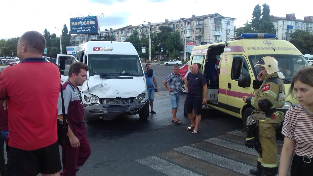 В Новороссийске маршрутка столкнулась с легковушкой