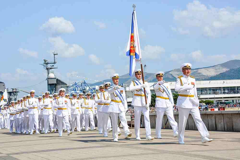 День ВМФ вНовороссийске: парад военных кораблей, морская пехота ипраздничный салют