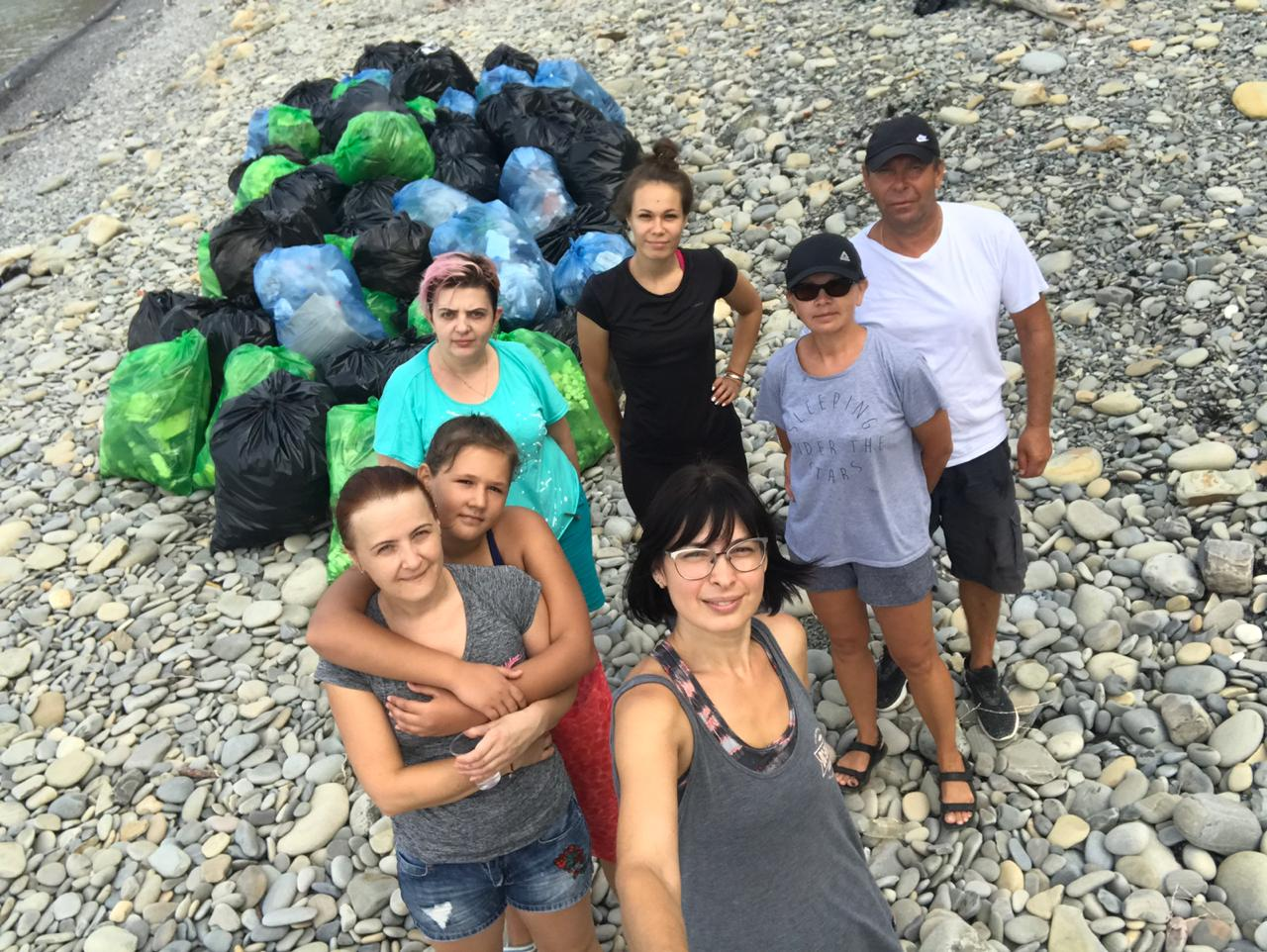 Новороссийцы спасают дикий пляж вШирокой Балке