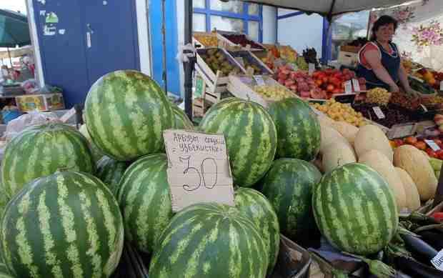 Новороссийские рынки заполонили арбузы: уже можно есть?