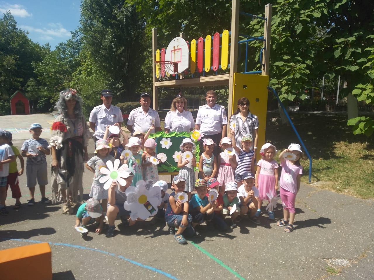 Новороссийские полицейские подарили детям «Ромашку безопасности»
