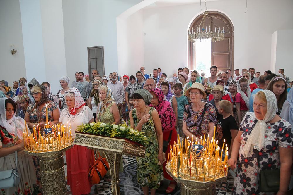 Состоялась первая литургия в храме на набережной