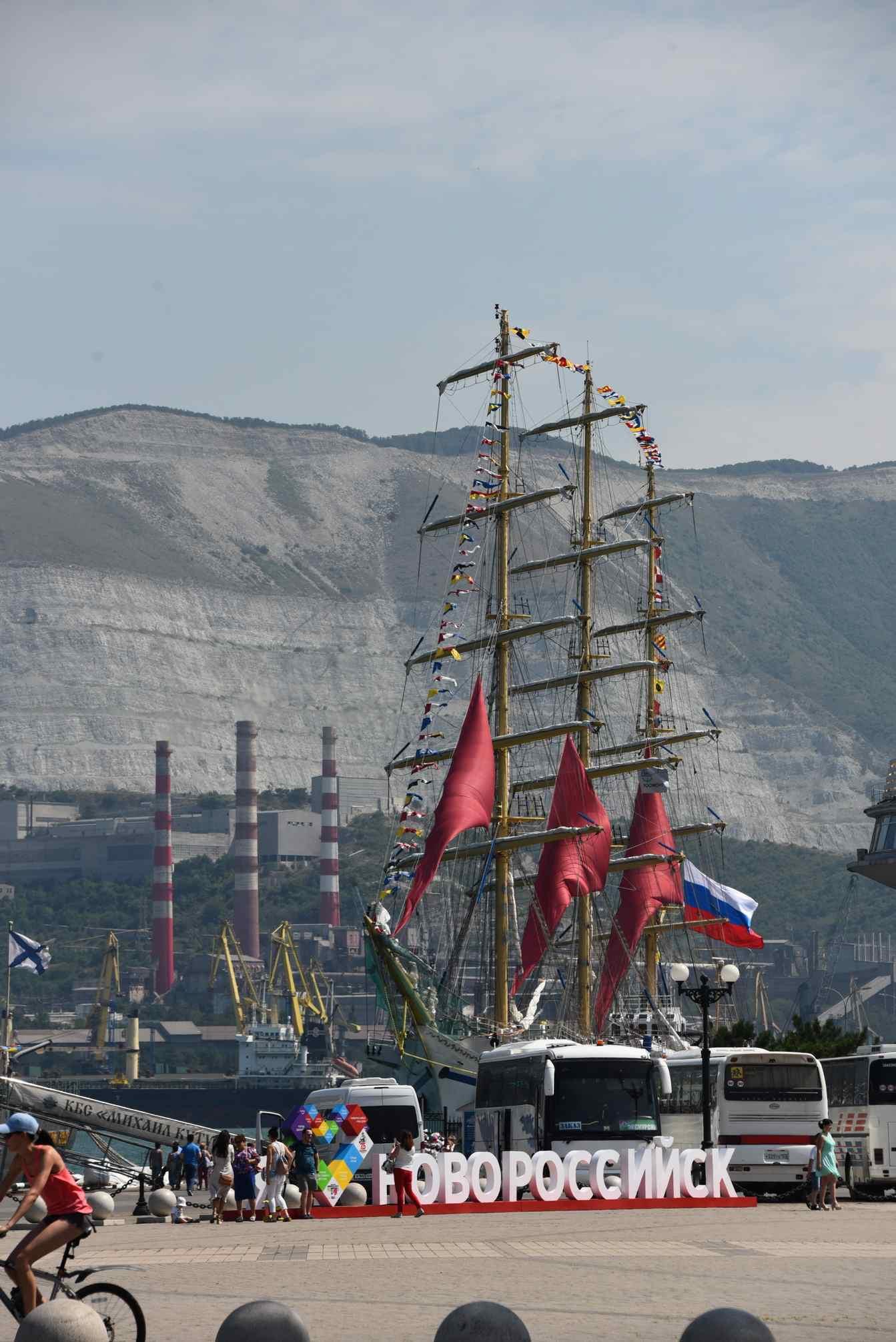 ВНовороссийскую бухту зашли алые паруса