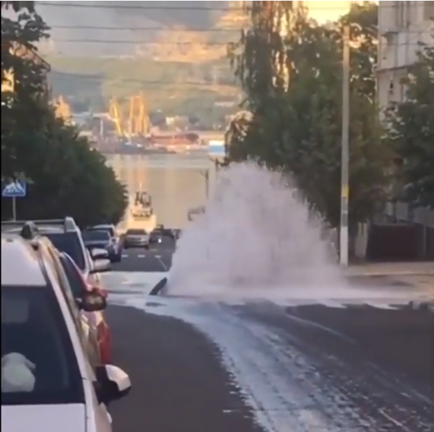 Нацентральной улице Новороссийска забил мощный фонтан
