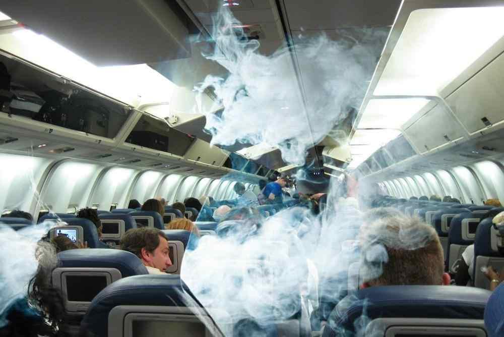 Под Новороссийском задержали москвичку, которая курила в самолете