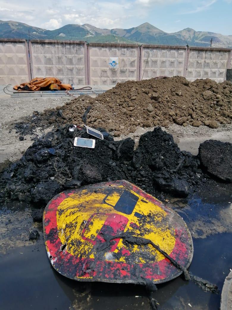 В канализационном коллекторе в Новороссийске нашли асфальт и дорожный знак