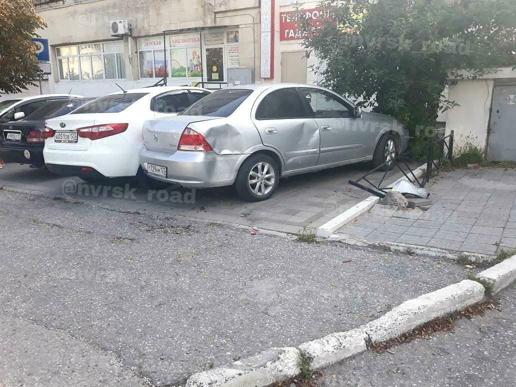 В Новороссийске припаркованные легковушки попали в ДТП