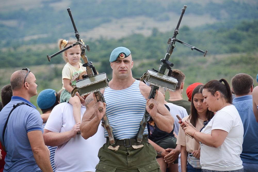 ВНовороссийске День ВДВ отметили сулыбкой и пулеметом вруках