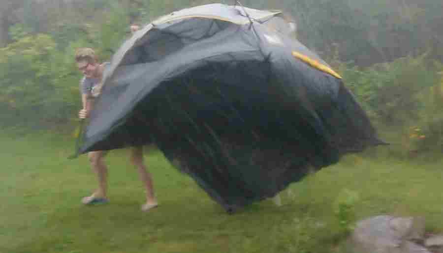 В горах под Новороссийском ураган уничтожил лагерь туристов