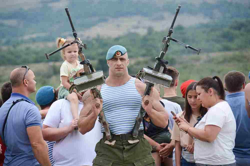 В Новороссийске День ВДВ отметили с улыбкой и пулеметом в руках