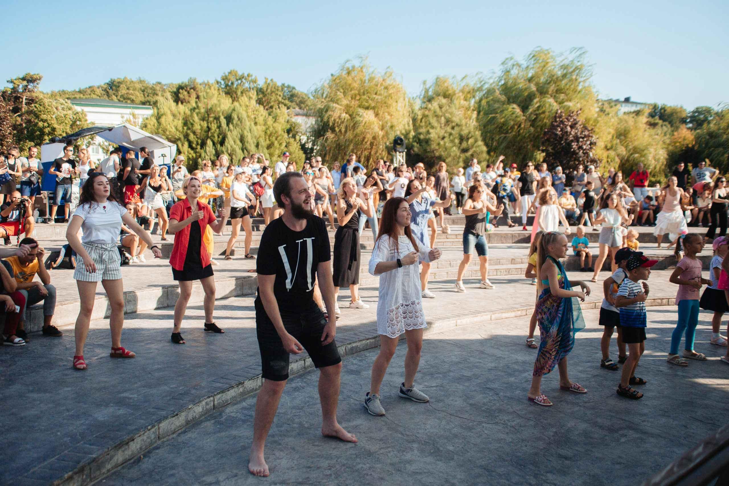 Танцевальные ритмы Zumba снова услышат вАбрау-Дюрсо: бесплатное занятие впервый день осени