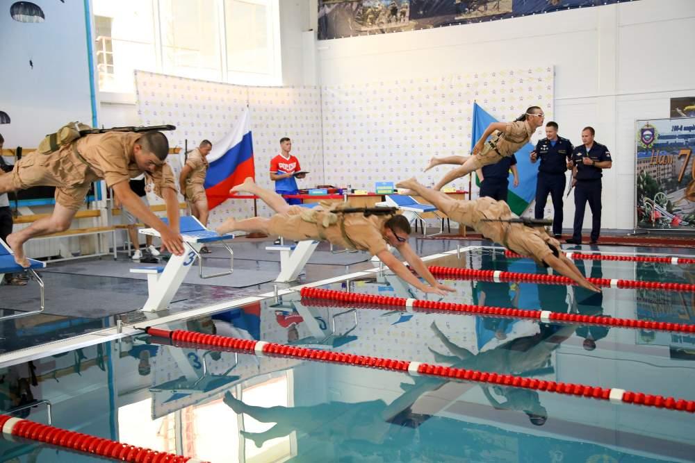 В Новороссийске десантники плавали стометровку в амуниции и с автоматом