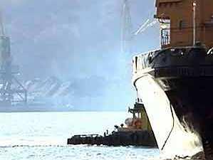 Новороссийский буксир спасает плавкран соседей
