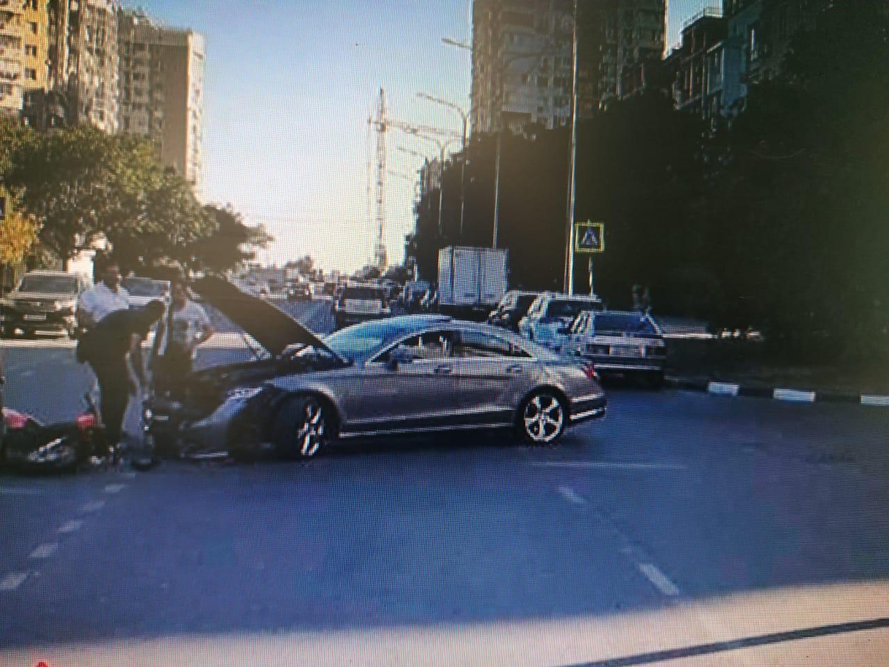 В Новороссийске сбили мотоциклиста и собрали цепочку из четырех машин