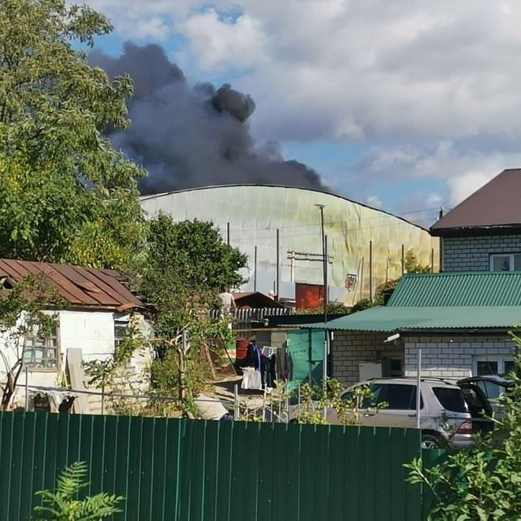В Новороссийске на Мефодиевке горит складское помещение