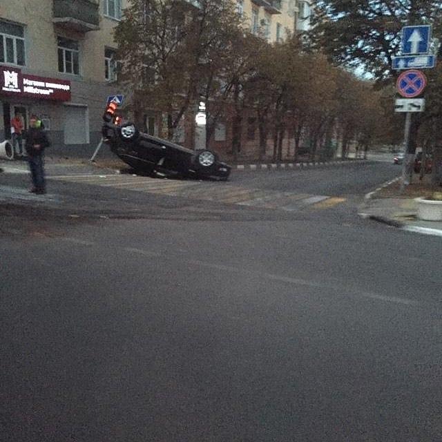 В Новороссийске иномарка снесла светофор