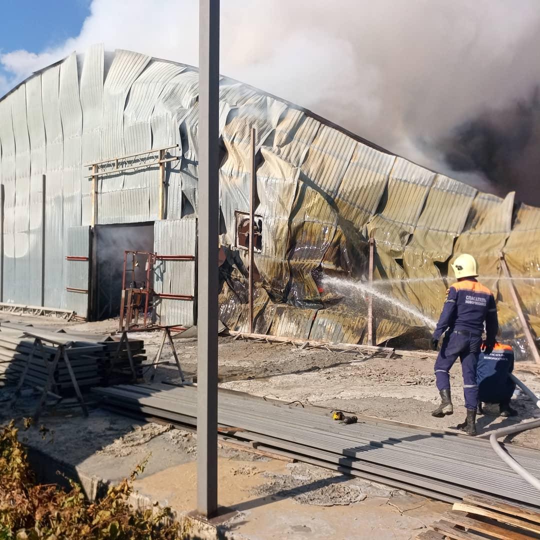 В Новороссийске ликвидируют последствия крупного пожара на территории склада