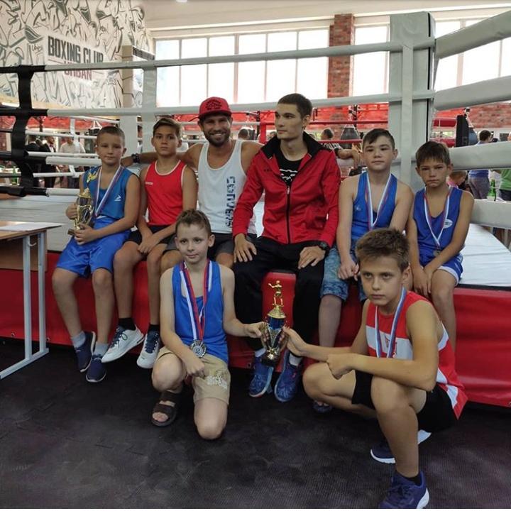 В Новороссийске чемпион края по боксу начал бесплатно учить детей