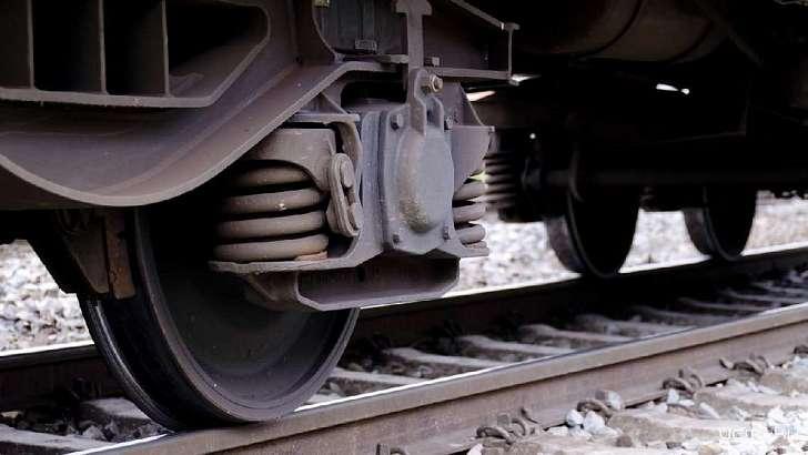 Под Новороссийском поезд сбил женщину: она сидела нарельсах инедвигалась