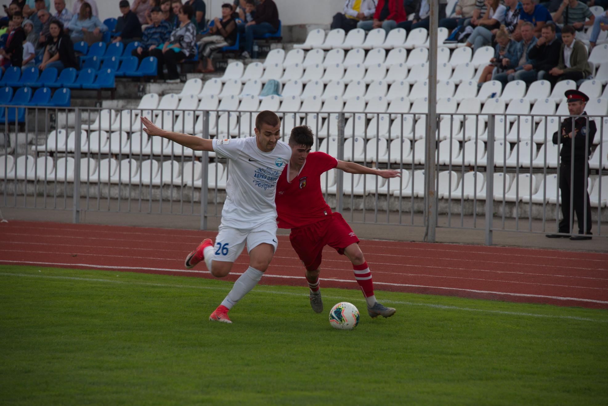 Новороссийские футболисты держатся за третье место с удивительным упорством