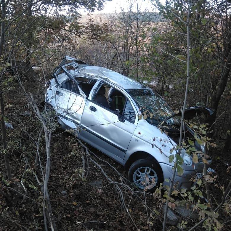 Под Новороссийском легковушка «ушла» в лес