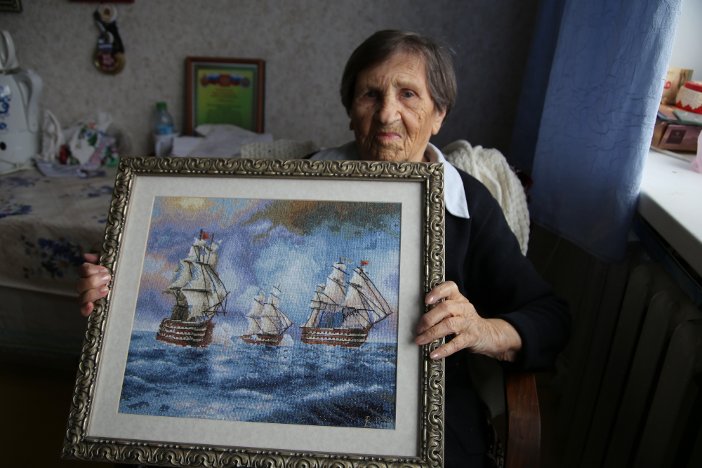 97-летняя мастерица из Новороссийска вышила крестиком картину Айвазовского