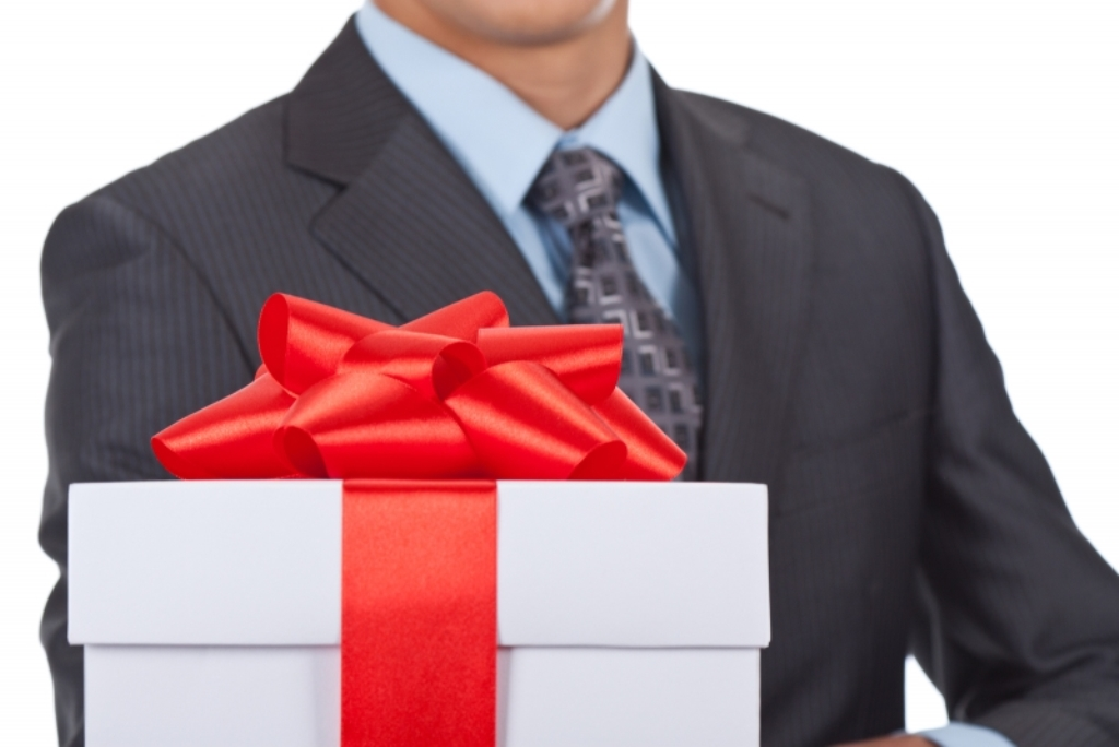 Даже друзья не могут делать подарки должностным лицам