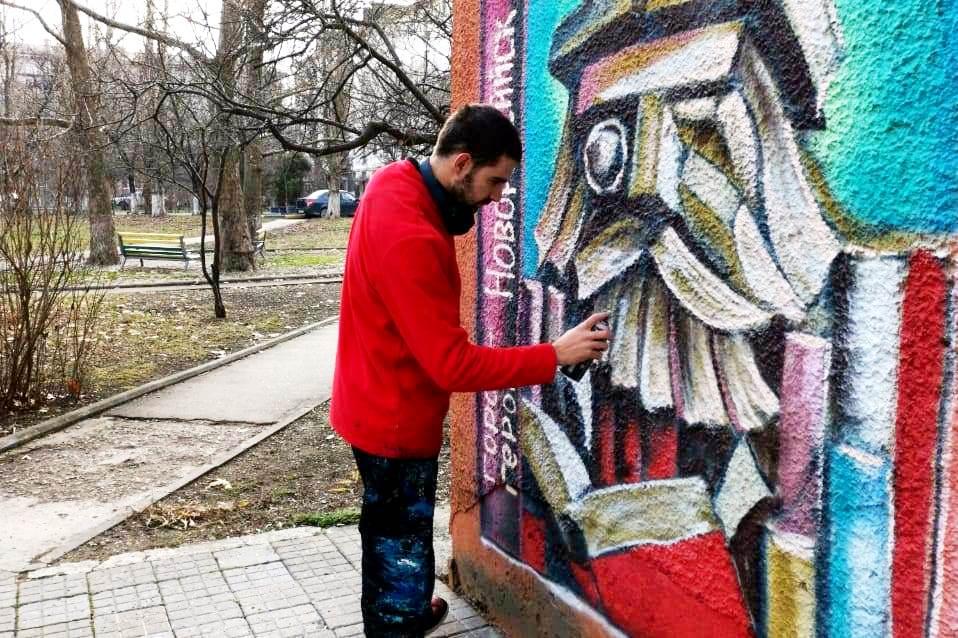 В Новороссийске стены библиотек разрисуют граффити