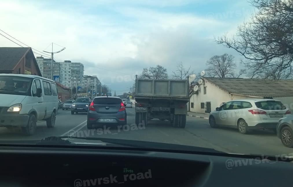 ВНовороссийске «КамАЗ» сбил женщину