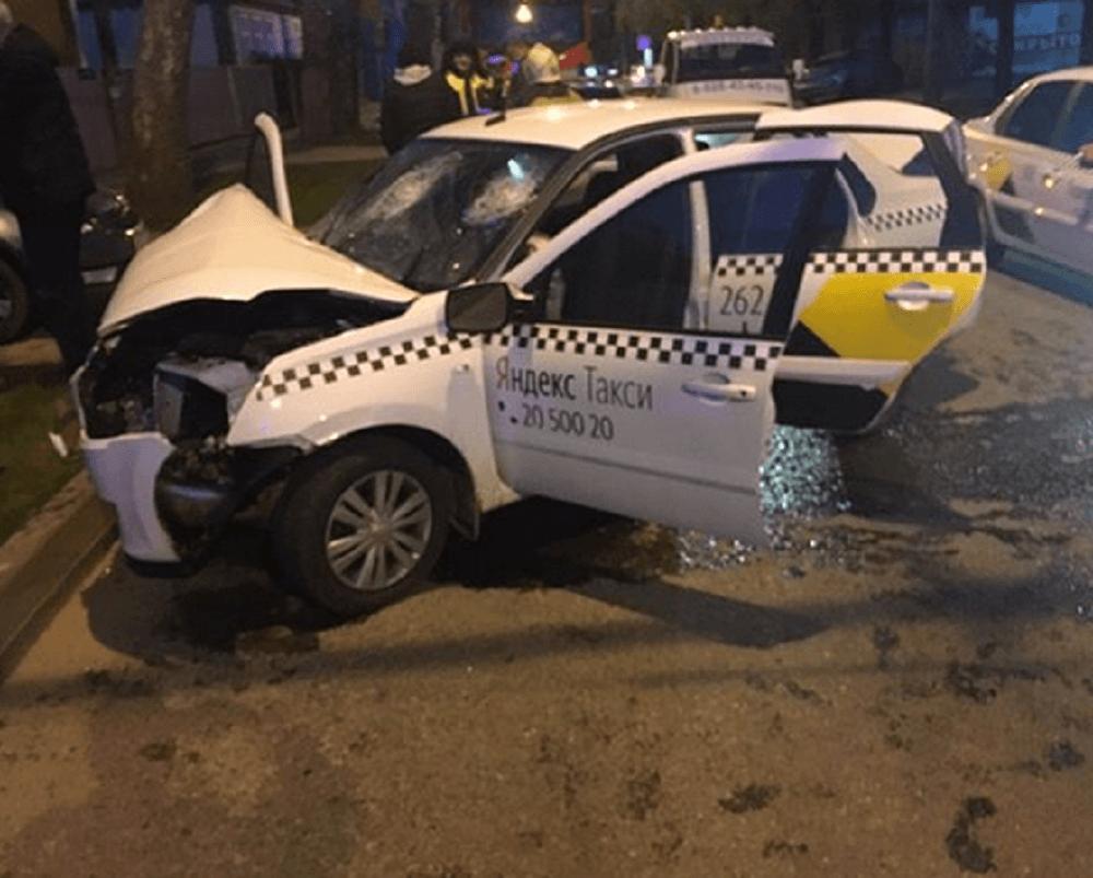 ВНовороссийске столкнулись 4машины. Иснова такси