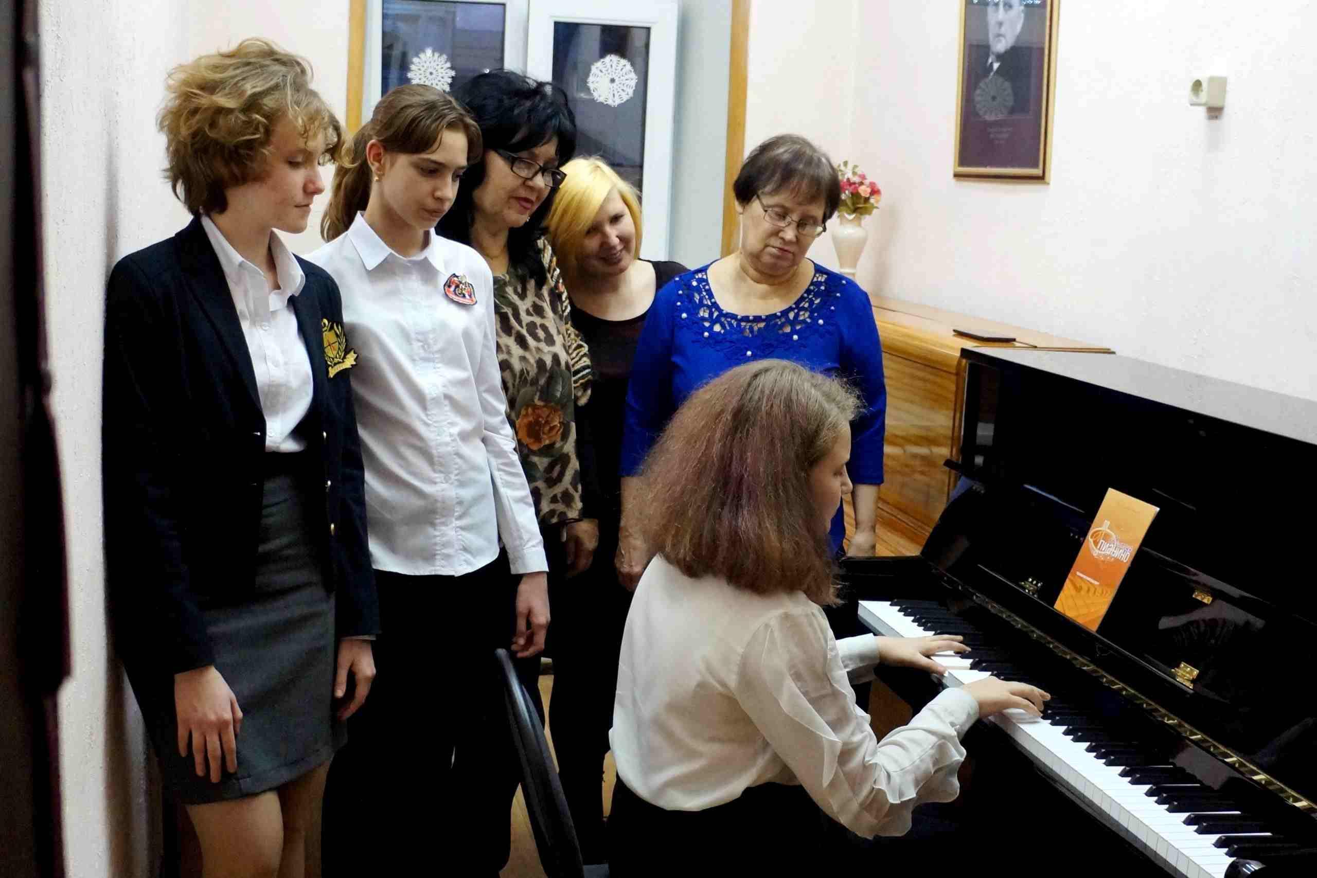 Детям Новороссийска подарили три фортепиано
