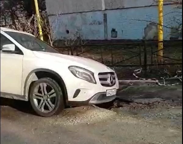 В яму, вырытую энергетиками Новороссийска, попали две машины