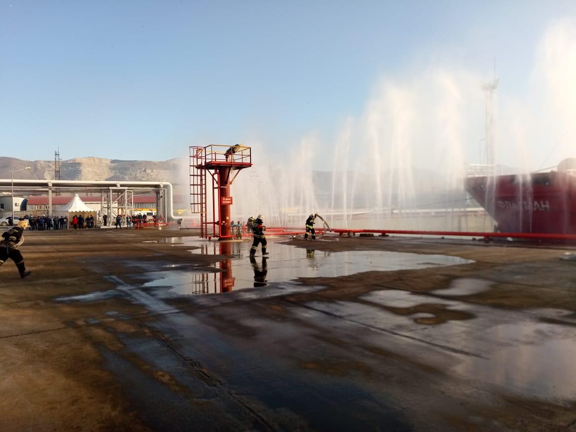 В порту Новороссийска 11 декабря «горел» танкер. Всех спасли