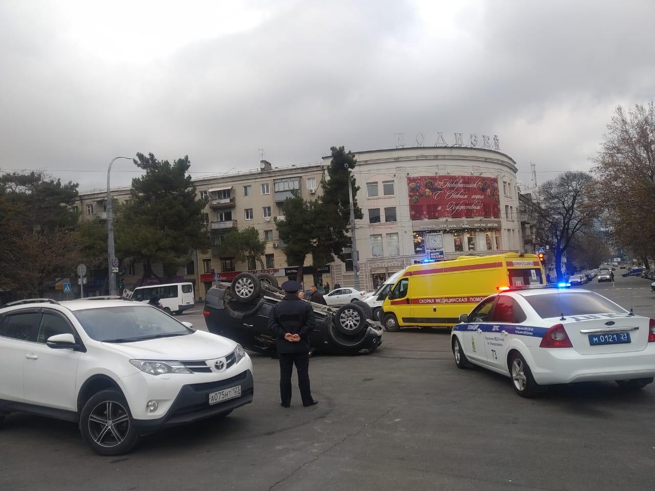 Утром в Новороссийске на площади Свободы перевернулась машина