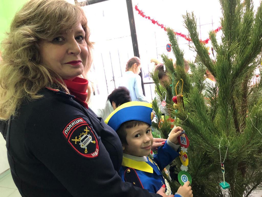 В Новороссийске елку украсили дорожными знаками