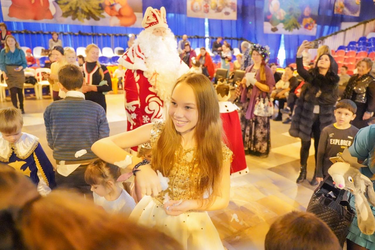 Больше 200 волонтеров устроили для детей Новороссийска рождественскую сказку