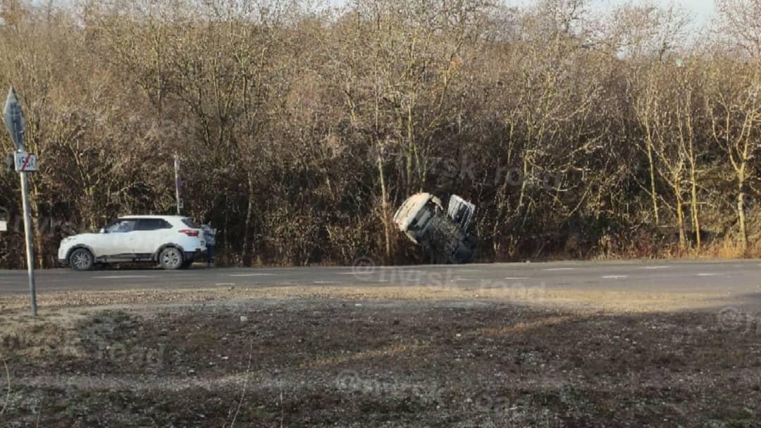 Под Новороссийском автомобиль повис на деревьях