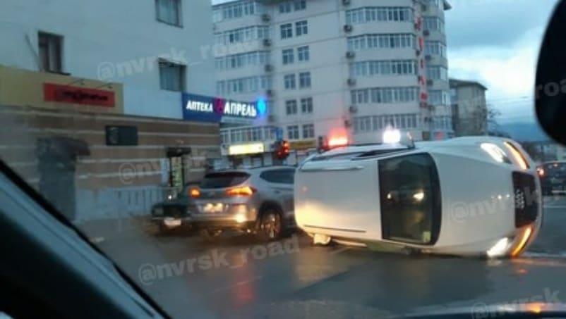 В Новороссийске страшное ДТП на перекрестке: три машины столкнулись, одна перевернулась