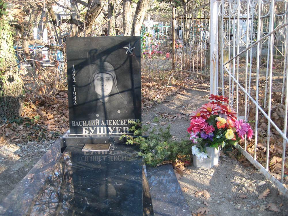 Надгробие летчика-героя странным образом подменили на кладбище Новороссийска